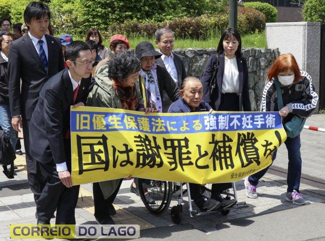 Kikuo Kojima, de cadeira de rodas, entrou com ação contra o governo do Japão por esterilização forçada (Foto: Daisuke Tanaka/Kyodo News via AP)